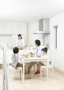 食事をする親子の写真素材 [FYI03040079]