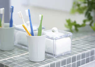 歯ブラシとコットンの写真素材 [FYI03040143]