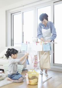 洗濯物を干す親子の写真素材 [FYI03040161]