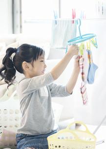 洗濯物を干す女の子の写真素材 [FYI03040167]