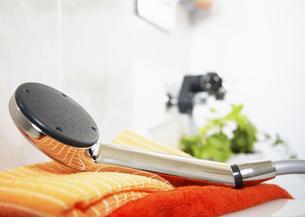 シャワーヘッドとタオルの写真素材 [FYI03040175]
