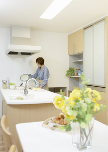 キッチンの女性の写真素材 [FYI03040185]