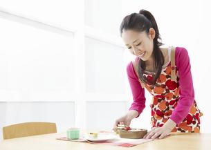 弁当を作る若い女性の写真素材 [FYI03040265]