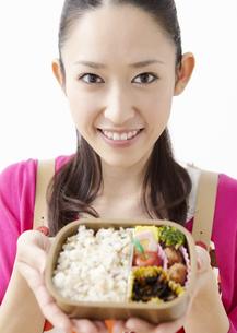 弁当を持つ若い女性の写真素材 [FYI03040273]