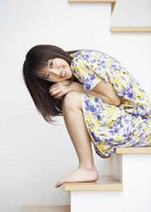 階段に座る若い女性の写真素材 [FYI03040328]