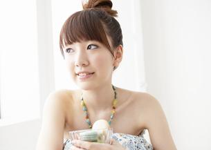 マカロンを食べる若い女性の写真素材 [FYI03040377]
