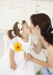 母親にキスをする女の子の写真素材 [FYI03040498]