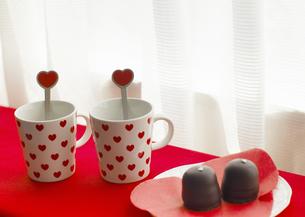 ペアカップとチョコレートの写真素材 [FYI03040519]
