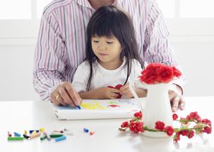 絵を描く親子の写真素材 [FYI03040540]