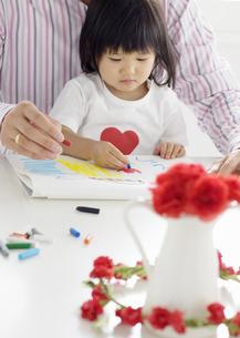 絵を描く親子の写真素材 [FYI03040543]