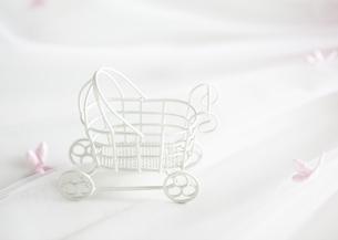 ベビーカーのオブジェの写真素材 [FYI03040558]