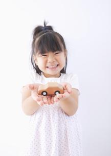 ミニカーを持つ女の子の写真素材 [FYI03040896]
