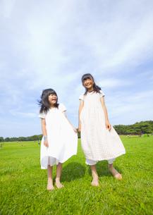 草原に立つ姉妹の写真素材 [FYI03040899]