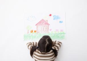 家の絵を見つめる女の子の写真素材 [FYI03040907]