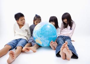 地球儀を見る子供の写真素材 [FYI03040908]