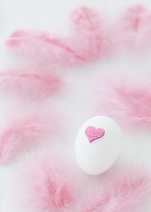 卵とハートの写真素材 [FYI03040912]