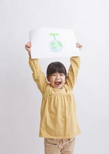 地球の絵を持つ少女の写真素材 [FYI03040931]