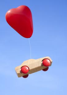ハート形の風船とミニカーの写真素材 [FYI03040932]