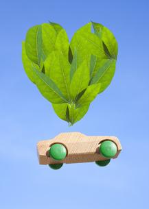ハート形の葉とミニカーの写真素材 [FYI03040934]