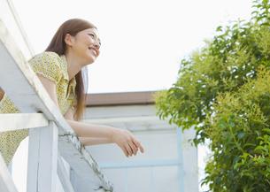景色を眺める若い女性の写真素材 [FYI03041080]