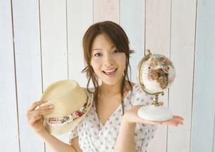 地球儀と帽子を持つ若い女性の写真素材 [FYI03041113]