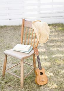 椅子とウクレレと麦わら帽子の写真素材 [FYI03041166]