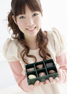 チョコレートを持つ若い女性の写真素材 [FYI03041245]