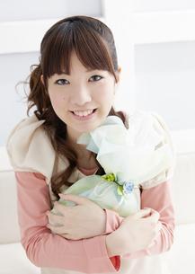 プレゼントを持つ若い女性の写真素材 [FYI03041246]