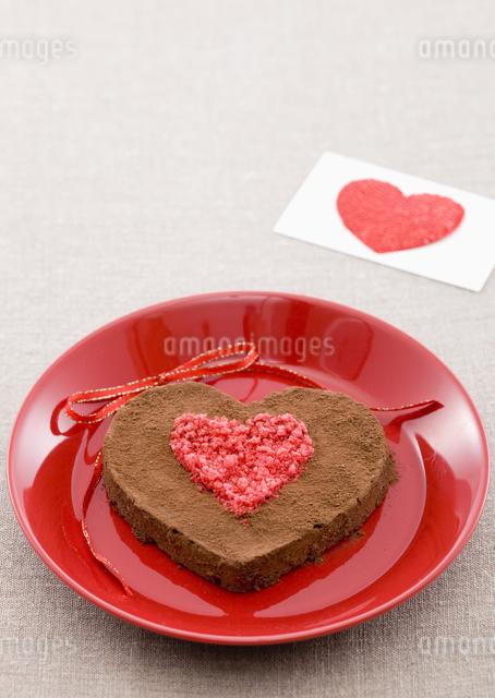ハート形のチョコレートケーキの写真素材 [FYI03041298]