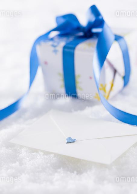 ギフトボックスと手紙の写真素材 [FYI03041303]