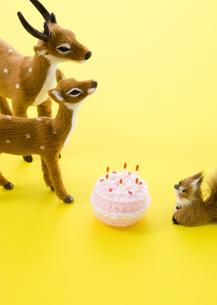 鹿とリスの置物とケーキの写真素材 [FYI03041316]