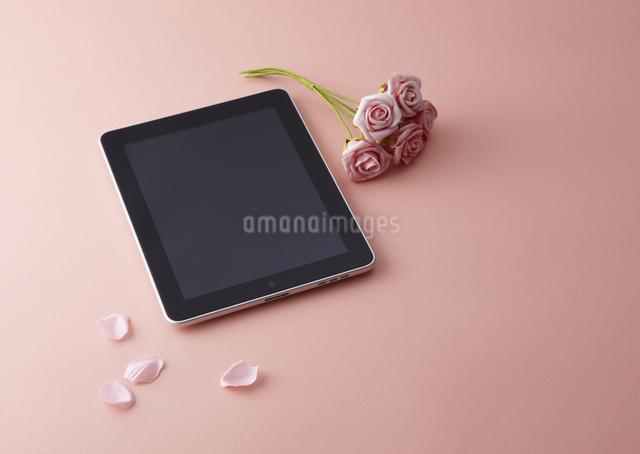 タブレットPCとバラの写真素材 [FYI03041358]