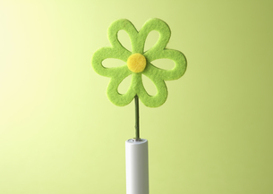 フェルトの花と電池の写真素材 [FYI03041362]