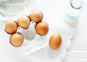 卵パックに入った卵の写真素材 [FYI03041498]