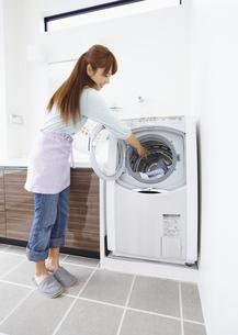 洗濯をするミドル女性の写真素材 [FYI03041766]