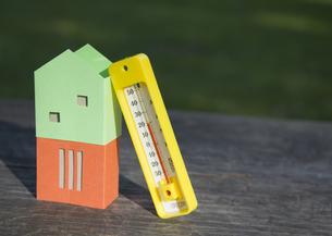 家のミニチュアと温度計の写真素材 [FYI03041875]