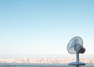 扇風機と町並の写真素材 [FYI03041880]