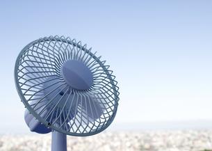 扇風機と町並の写真素材 [FYI03041881]