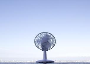 扇風機と町並の写真素材 [FYI03041883]