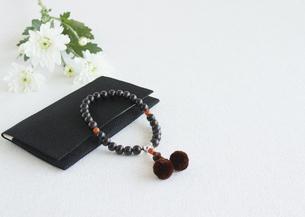 男性用の数珠(喪イメージ)の写真素材 [FYI03041992]