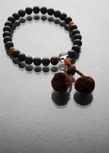 男性用の数珠(喪イメージ)の写真素材 [FYI03041993]