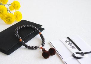 数珠と香典袋(喪イメージ)の写真素材 [FYI03041996]