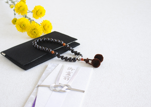 数珠と香典袋(喪イメージ)の写真素材 [FYI03041997]