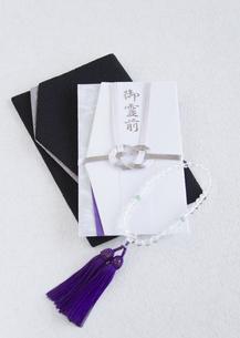 袱紗と香典袋(喪イメージ)の写真素材 [FYI03042002]