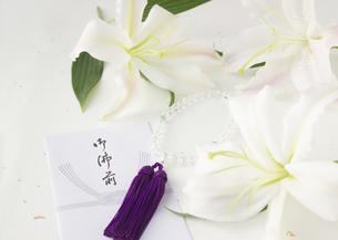 ユリと香典袋と数珠(喪イメージ)の写真素材 [FYI03042008]