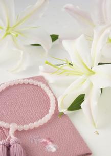 ユリと数珠(喪イメージ)の写真素材 [FYI03042013]