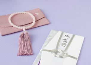 数珠と香典袋(喪イメージ)の写真素材 [FYI03042014]