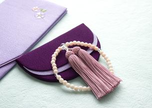 数珠と袱紗(喪イメージ)の写真素材 [FYI03042017]