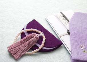 数珠と香典袋(喪イメージ)の写真素材 [FYI03042018]