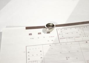 婚姻届と結婚指輪の写真素材 [FYI03042064]